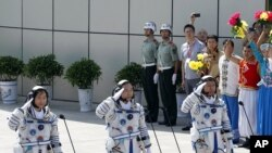 Ba phi hành gia Trung Quốc (từ trái): Liu Yang, Jing Haipeng và Liu Wang