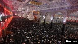 1月2日伊拉克圣城卡尔巴拉什叶派穆斯林在宗教仪式中祈祷