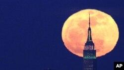 New York'taki Empire State Binası arkasında fotoğraflanan dolunay (AP Photo/Julio Cortez)