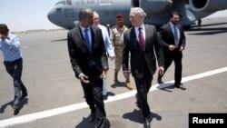 Министр обороны США Джеймс Мэттис и министр обороны Джибути Али Хасан Бахдон. Эмбули, Джибути. 23 апреля 2017 г.