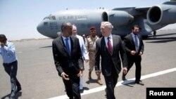 Wasiirka difaaca Mareykanka James Mattis iyo dhiggiisa Djibouti Ali Hasan Bahdon oo ku lugeynaya garoonka Diyaaradaha Caalamiga ah ee Ambouli ee dalka Djibouti, April 23, 2017.