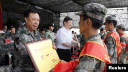 2011年8月6日,中国济南军区司令员范长龙(左)在山东潍坊给军事技能大赛的优胜者发奖。