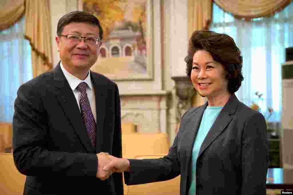 美国运输部长赵小兰(Elaine Chao)与北京市市长陈吉宁2018年4月28日在北京市政府的办公室握手。