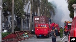 14일 베트남 반중국 시위대가 불을 지른 빈즈엉의 타이완 공장에서 검은 연기가 피어오르고 있다.