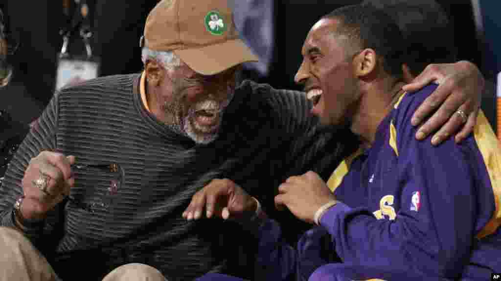 O grande basquetebolista Bill Russell, à esquerda, com Kobe Bryant, em Las Vegas, em Fevereiro de 2007.