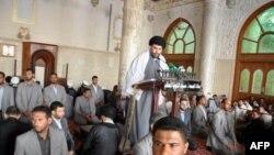 Муктада аль-Садр в оточенні охоронців в ході промови.