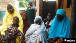 Perempuan dan anak-anak yang berhasil meloloskan diri dari serangan Boko Haram, berada di kamp pengungsi di Wurojuli, Gombe, Nigeria (2/9/2014).