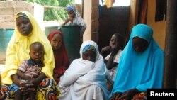 Perempuan dan anak-anak yang berhasil lolos dari kekerasan militan Boko Haram berada di penampungan pengungsi di Wurojuli, Gombe 2/9/2014. Boko Haram kembali melancarkan kekerasan di Nigeria.