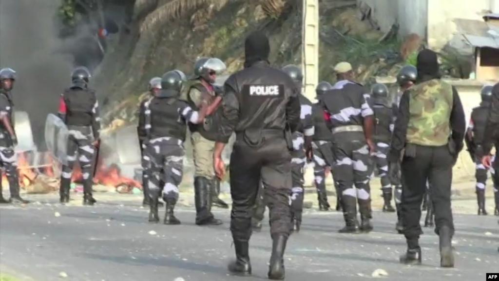 Les forces de l'ordre les manifestants affrontent les manifestants, à Libreville, Gabon, 31 août 2016.