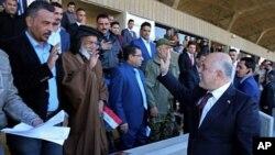 حیدر العبادی، صدراعظم عراق، حین احوال پرسی اشتراک کنندگان رسم و گذشت نظامی که به خاطر پیروزی در برابر تندروان داعش برگزارش شد