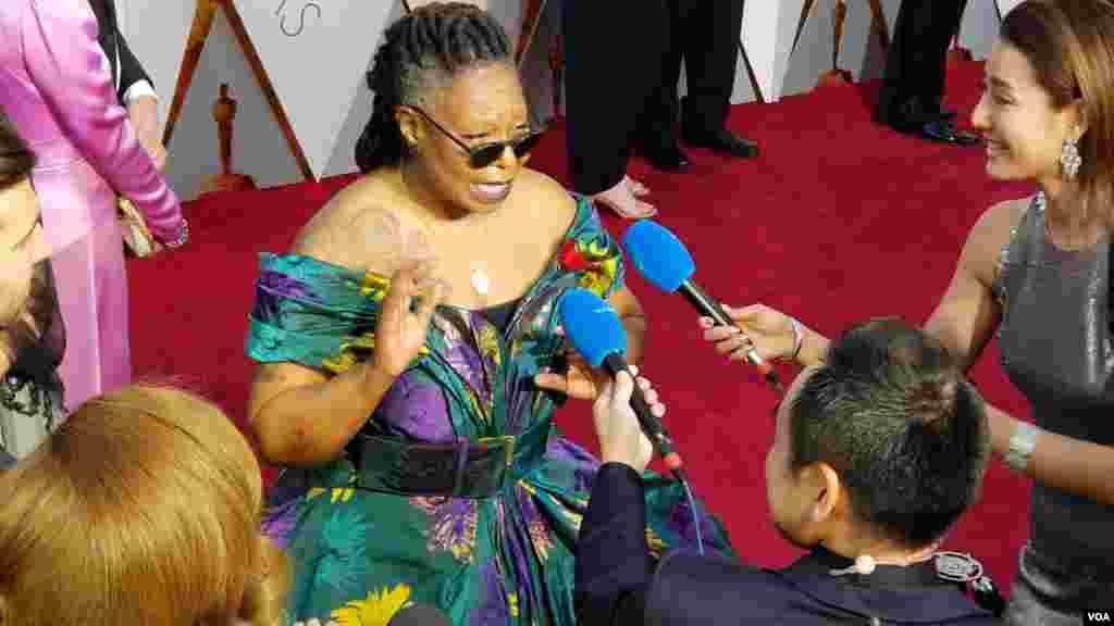 Whoopi Goldberg parle à la presse lors des Oscars au Dolby Theater de Los Angeles, le 4 mars 2018 (VOA/Arzouma Kompaore)