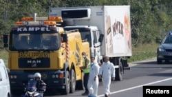 Mobil van di mana sekitar 50 migran ditemukan meninggal, dipersiapkan untuk dipindahkan dari jalan dekat Parndorf, Austria, 27 Agustus 2015.