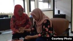 Baiq Nuril ketika diberitahu pengacaranya Jumat siang (5/7) di Mataram, tentang putusan Mahkamah Agung yang menolak peninjauan kembali PK dan memperkuat kasasi tahun 2018. (Foto Courtesy: Tim Pengacara Baiq Nuril di Mataram).