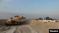 Kendaraan militer Irak dalam pertempuran dengan militan ISIS di kota Amriyat al-Falluja di provinsi Anbar (31/10).