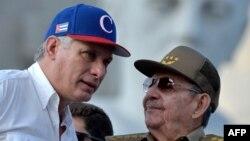 Miguel Diaz-Canel (esq) e Raul Castro (dir)