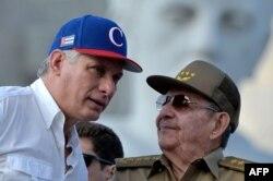 Le président cubain Miguel Diaz-Canel (à gauche) écoute l'ancien président Raul Castro lors du rassemblement du 1er mai à la place de la Révolution à La Havane le 1er mai 2018.
