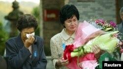 북한에 납치됐다가 지난 2002년 풀려난 일본인 오쿠도 유키코 씨(오른쪽) 가 24년만에 어머니와 만난 후 눈물을 흘리고 있다. (자료사진)