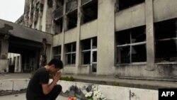 Yuki Omori, 23 tuổi, cầu nguyện tại Trường tiểu học Kadowaki trong quận Ishinomaki, đông bắc Nhật Bản, ngày 11/9/2011, sáu tháng sau khi trận động đất ngày 11/3