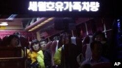 한국 검찰이 세월호 참사와 관련 살인죄로 기소된 이준석 선장에 사형을 구형한 27일 재판을 마친후 유가족이 버스로 광주지법을 떠나고 있다.