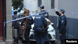 Polisi merazia gedung di Surry Hills, pinggiran Sydney, Australia, 31 Juli 2017, terkait rencana tetor di pesawat.