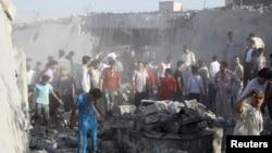 Warga mencari para korban di antara reruntuhan rumah yang hancur pasca serangan Angkatan Udara Suriah di sebuah perkampungan Tel Rafat, 37 kilometer dari kota Aleppo (8/8).