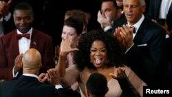 Ophra Winfrey félicite John Legend et Common lors de la cérémonie des Oscars le 22 février 2015 à Los Angeles (Reuters)