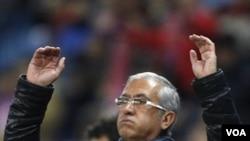 Gregorio Manzano bereaksi dalam pertandingan Atletico Madrid melawan Stade Rennes di Madrid, minggu lalu. Ia dipecat setelah klubnya tereliminasi dari Piala King. (15/12)