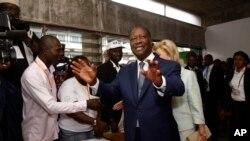 Tổng thống Bờ Biển Ngà Alassane Ouattara đi bỏ phiếu tại Abidjan, ngày 25/10/2015.