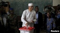 Lionel Zinsou met son bulletin dans l'urne à Cotonou, le 6 mars 2016. Le candidat du pouvoir est l'un des favoris de cette élection présidentielle. (REUTERS/Akintunde Akinleye)