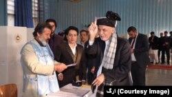 رئیس جمهور محمد اشرف غنی در مرکز رایدهی در لیسۀ امانی کابل رای خود را به صندوق ریخت