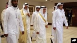 Menteri Perminyakan Arab Saudi, Ali al-Naimi (tengah, kanan), tiba di pertemuan produsen minyak di Doha, Qatar (17/4). (AP/Jon Gambrell)