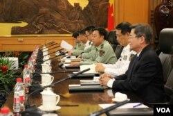 准备同到访的美国国务卿克里会谈的中国中央军委副主席范长龙(右起第三人)等人(2015年5月16日,美国之音莉雅拍摄)