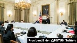 Tổng thống Joe Biden và Phó Tổng thống Kamala Harris gặp mặt các lãnh đạo cộng đồng gốc Á, bản địa Hawaii và các đảo Thái Bình Dương tại Nhà Trắng hôm 5/8 để bàn về các vấn đề ảnh hưởng đến cộng đồng, gồm cả cải cách di trú.