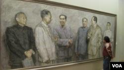 中国画展中有人观看中共文革前政治局常委的肖像画,右起:邓小平、毛泽东、朱德、 周恩来、刘少奇、陈云。常委中的林彪不在画上(美国之音张楠拍摄)