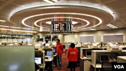 Para pialang di bursa saham Hong Kong (foto: dok). Hong Kong meraih tempat teratas survei indeks keuangan World Economic Forum tahun 2011.