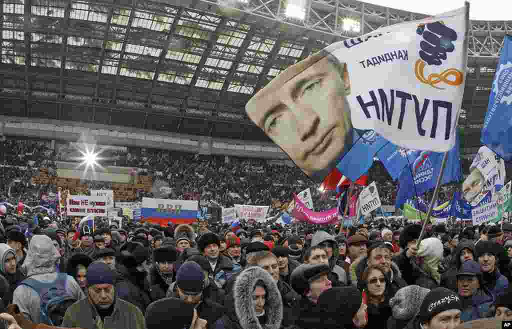 People take part in a rally to support presidential candidate and Russia's current Prime Minister Vladimir Putin at the Luzhniki stadium on the Defender of the Fatherland Day in Moscow, February 23, 2012. (Reuters)