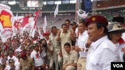 Kandidat presiden dari Partai Gerindra, Prabowo Subianto, pada kampanye di Stadion Gelora Bung Karno, Jakarta (23/3). (VOA/Andylala Waluyo)