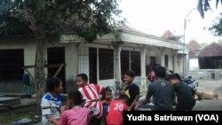 Warga masih menonton rumah yang digeledah polisi antiteror di Sukoharjo, Sabtu, 19 Desember 2015.