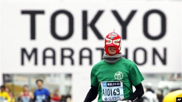 Seorang peserta lomba Tokyo Marathon di Tokyo, Jepang tahun 2011, berdandan ala petinju (AP Photo/Shuji Kajiyama). Lomba Tokyo Marathon kini secara resmi telah menjadi bagian kejuaraan dunia.
