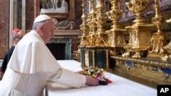 새 교황으로 선출된 프란치스코 1세가 14일 로마 성모 대성전의 제단에 꽃을 바치고 있다. 바티칸에서 발간하는 일간 신문인 로세르바토레 로마노 제공.