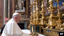 Papa Franja tokom jutrošnje molitve u crkvi Presvete Marije, u Rimu