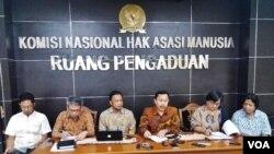 Ketua Komnas HAM Ahmad Taufan Damanik (ketiga dari kanan) bersama komisioner Komnas HAM lainnya memberikan jumpa pers di Jakarta, Jumat (2/2) terkait rencana kedatangan Komisaris Tinggi HAM PBB Zeid Ra'ad Al Hussein ke Indonesia. (Foto: VOA/Fathiyah)