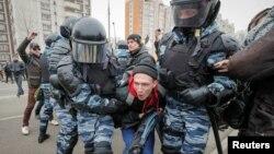 莫斯科警察抓走示威者(2017年11月4日)