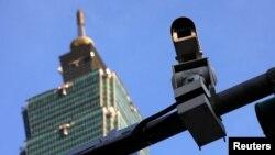 在台北地标台北101大厦旁的监控摄像机。(2017年7月27日)