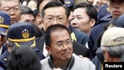 ທ່ານ Chen Shui-bian ອະດີດປະທານາທິບໍດີ ທີ່ຖືກຈໍາຄຸກ ໄດ້ຍ່າງອອກຈາກບ່ອນສົງສະການມື້ລາງແມ່ເຖົ້າຂອງທ່ານ ລຸນຫລັງໄດ້ໄປເຄົາລົບສົບ ຂອງເພິ່ນແລ້ວໃນເມືອງ Tainan ທາງພາກໃຕ້ຂອງໄຕ້ຫວັນ ໃນວັນທີ 6 ມັງກອນ 2012.