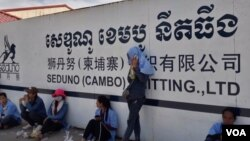 កម្មករប្រមាណជាង២០០០នាក់នៅរោងចក្រកាត់ដេរសេឌូណូ ខេមបូ នីតធីង(Seduno Cambo Knitting Co., Ltd) ក្នុងស្រុកបាទី ខេត្តតាកែវ បានធ្វើកូដកម្មដោយមិនចូលធ្វើការដើម្បីទាមទារឲ្យថៅរោងចក្រដែលជាជនជាតិចិន បើកប្រាក់អតីតភាពការងារប្រចាំឆ្នាំដល់ពួកគេ។ (ហ៊ុល រស្មី/VOA)