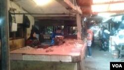 Pedagang daging ayam di Pasar Kosambi, Bandung. Harga daging ayam di pasaran kini cenderung menurun (Foto: VOA/Tedja Wulan)