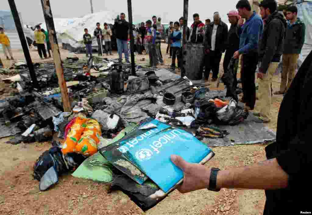28일 불에 탄 난민 캠프에서 잃어버린 물품을 찾는 시리아 난민들.