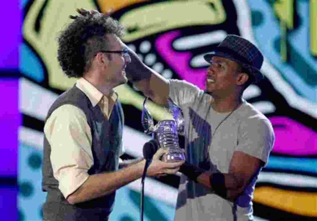 David Schwartz, uno de los finalistas, recibe el premio de El Verdadero Reto de Comida, que fue le fue entregado por Nick Cannon.