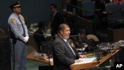 مصر کے صدر محمد مرسی اقوامِ متحدہ کی جنرل اسمبلی کے سربراہی اجلاس سے خطاب کر رہے ہیں